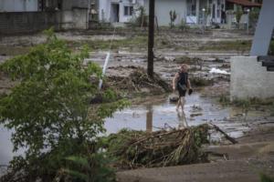Σοβαρά προβλήματα από την κακοκαιρία σε περιοχές της Λάρισας – Κινδύνεψαν άνθρωποι στα Φάρσαλα