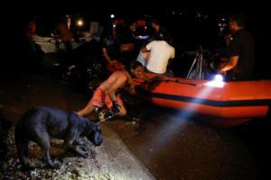 Φωτιά στη Ραφήνα: Απεγκλωβίστηκαν 689 άνθρωποι από τις ακτές