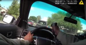Video σοκ: Αστυνομικός πυροβολεί υπόπτους μέσα από το παρμπρίζ κατά τη διάρκεια καταδίωξης!