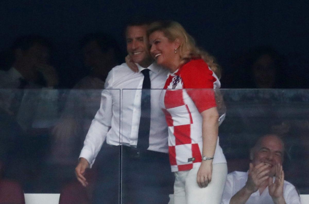 Τελικός Μουντιάλ 2018: Το… φλερτ του Μακρόν με την πρόεδρο της Κροατίας μπροστά στη Μπριζίτ! [pics]