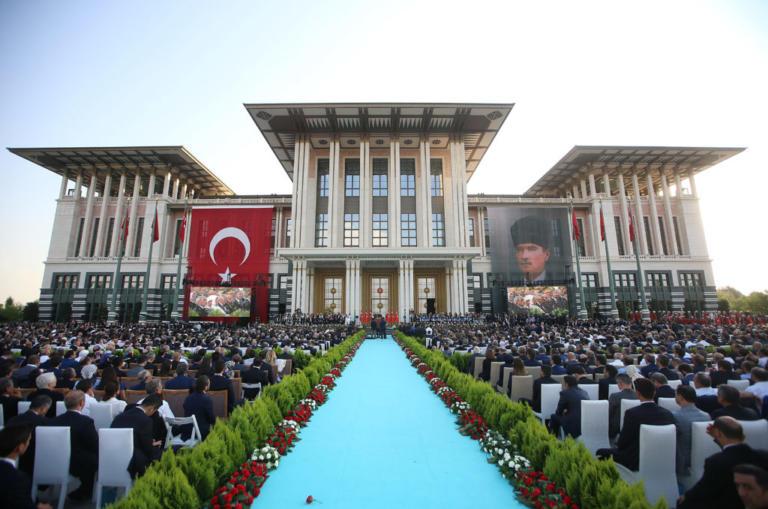 Τριπλασιάστηκαν τα έξοδα των «ανακτόρων» του Ερντογάν – «Ζει στον ροζ κόσμο του»