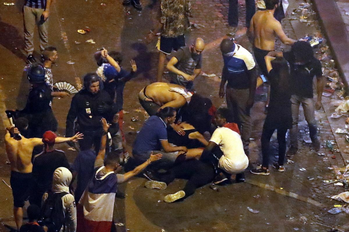 """""""Γιόρτασαν"""" την κούπα με δακρυγόνα και συγκρούσεις στο Παρίσι! Βάφτηκαν με αίμα οι πανηγυρισμοί: δυο νεκροί σε τροχαία, τραυματίστηκαν τρία παιδιά"""