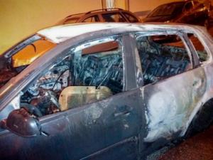Πανικός στα Πατήσια από φωτιά σε αυτοκίνητα και μηχανές