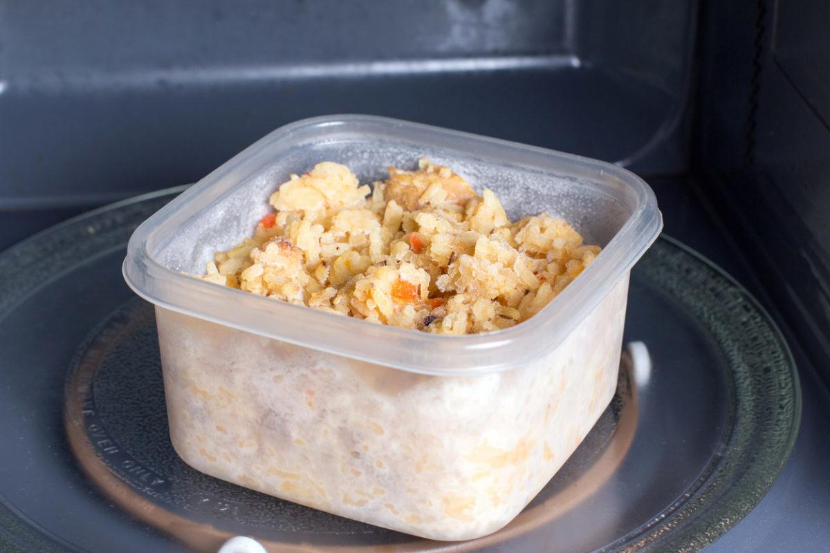 Τι πρέπει να προσέχετε με τα πλαστικά τάπερ φαγητού στον φούρνο μικροκυμάτων