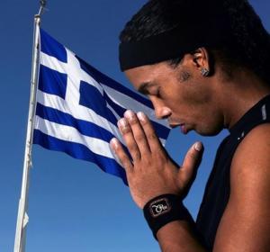 """Προσεύχεται και ο Ροναλντίνιο! """"Πονάω για την Ελλάδα – Κουράγιο αδέρφια μου"""" [pic]"""