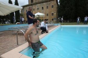 Καραγκιοζιλίκια του Ματέο Σαλβίνι – Βούτηξε σε πισίνα που κατασχέθηκε από τη μαφία – video