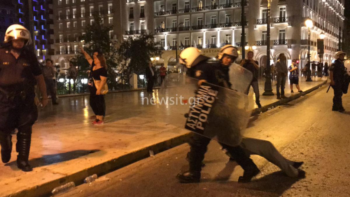 """Συλλαλητήριο στο Σύνταγμα για την Μακεδονία - Καθιστική διαμαρτυρία από τους διαδηλωτές - Τους πήρε... σηκωτούς η αστυνομία και τους """"ψέκασε"""" με χημικά  [pics,vid]"""
