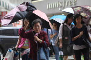 """Ο τυφώνας """"Μαρία"""" σαρώνει την Ταϊβάν! Πάνω από 2.000 άνθρωποι απομακρύνθηκαν από τις εστίες τους – video"""