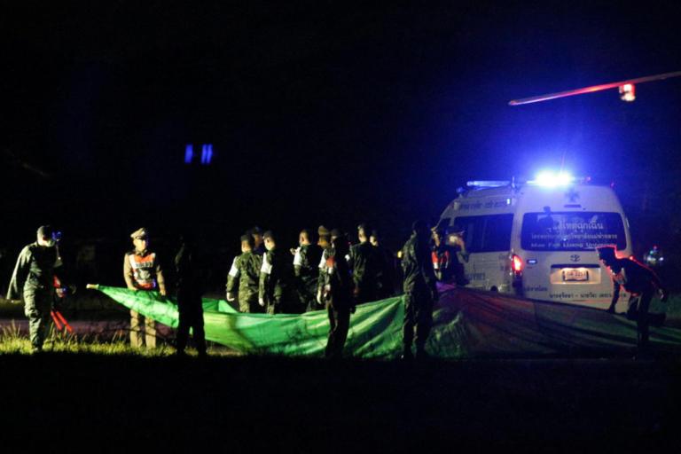"""Ταϊλάνδη: Δεν τελείωσε ακόμα το """"θρίλερ"""" – Παραμένουν εγκλωβισμένα στην σπηλιά 4 παιδιά και ο προπονητής"""