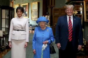 """Η φωτογραφία που αποκαλύπτει πώς η βασίλισσα Ελισάβετ """"εκδικήθηκε"""" τον Τραμπ για το σπάσιμο του πρωτοκόλλου! Video"""