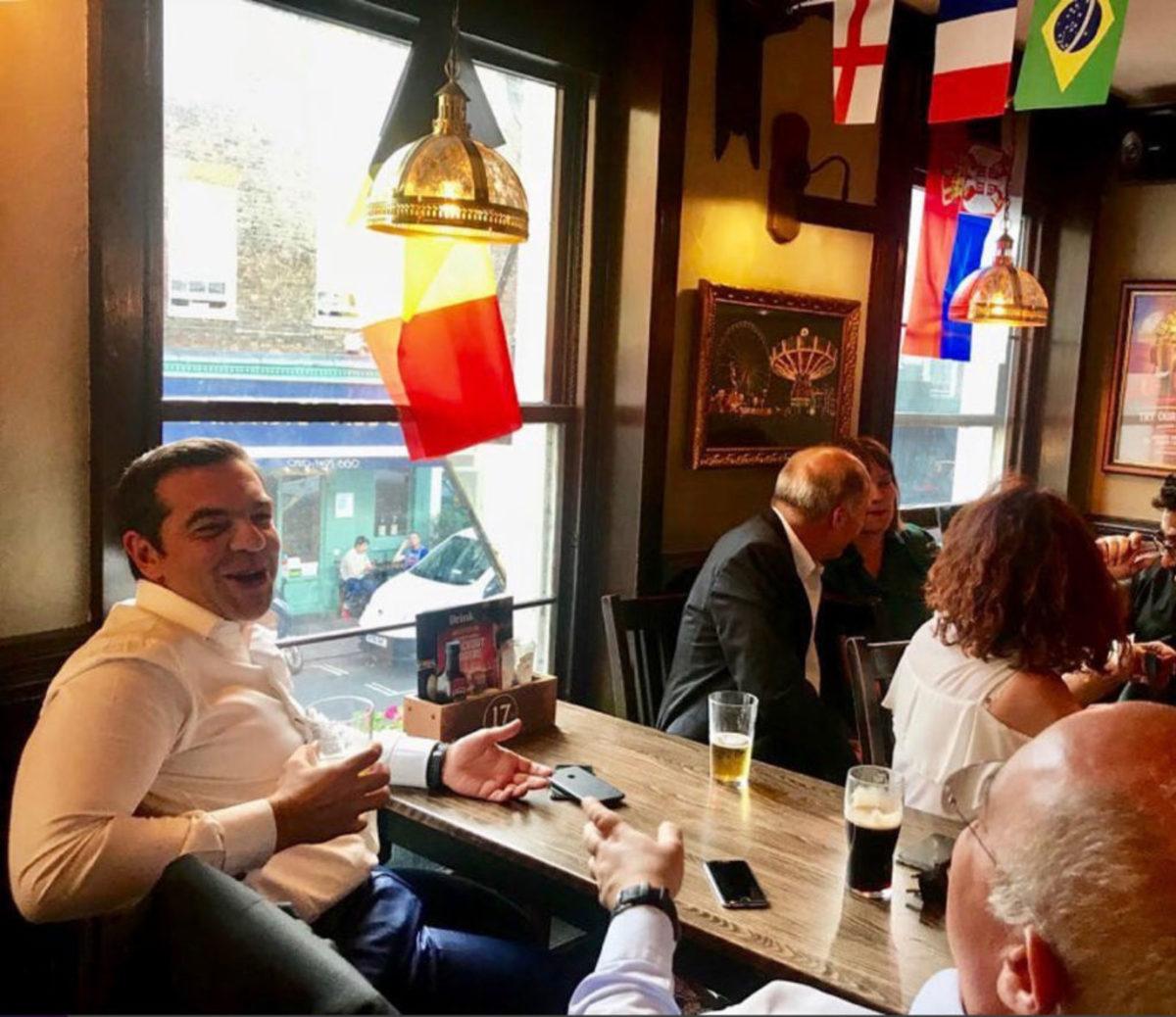 Για μπαλίτσα και μπυρίτσα ο Αλέξης Τσίπρας στο Λονδίνο