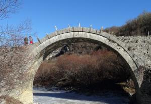 Ιωάννινα: Εργασίες αποκατάστασης στο διάσημο τρίτοξο γεφύρι του Ζαγορίου