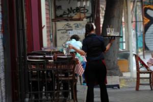 Θεσσαλονίκη: Τα χαστούκια μέσα στην καφετέρια ήταν μόνο η αρχή – Με χειροπέδες πατέρας και γιος!