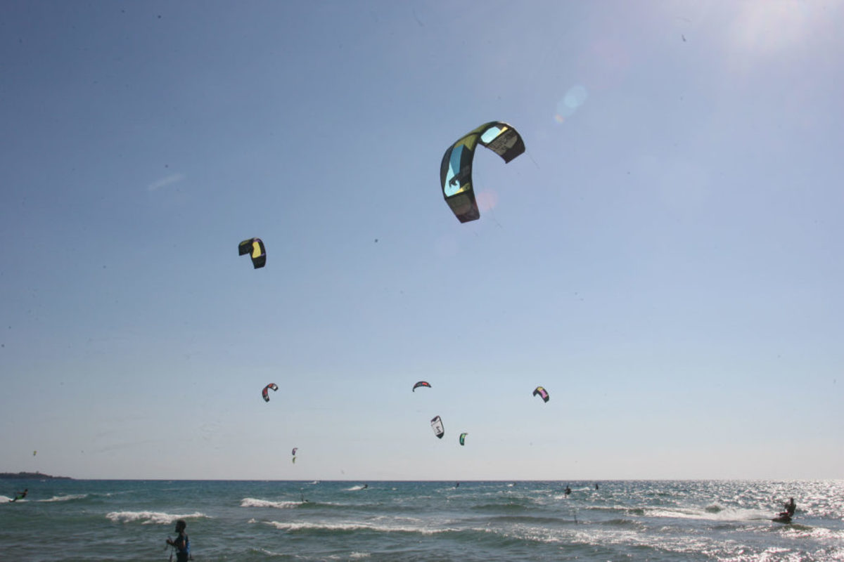Χανιά: Έκανε kite surf και έπεσε στα βράχια!