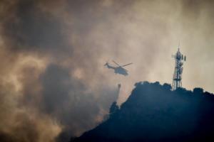 Σκοτείνιασε ο τόπος από τη μεγάλη φωτιά στην Ηλεία! – Εικόνες από τις αγωνιώδεις προσπάθειες κατάσβεσης