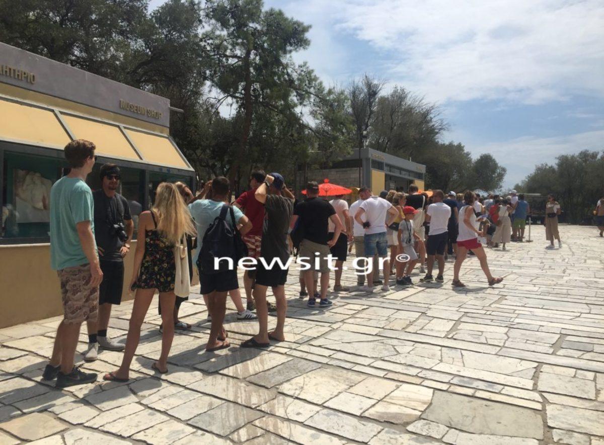 """""""Προσκύνημα"""" από τουρίστες στην Ακρόπολη [pics] – video"""