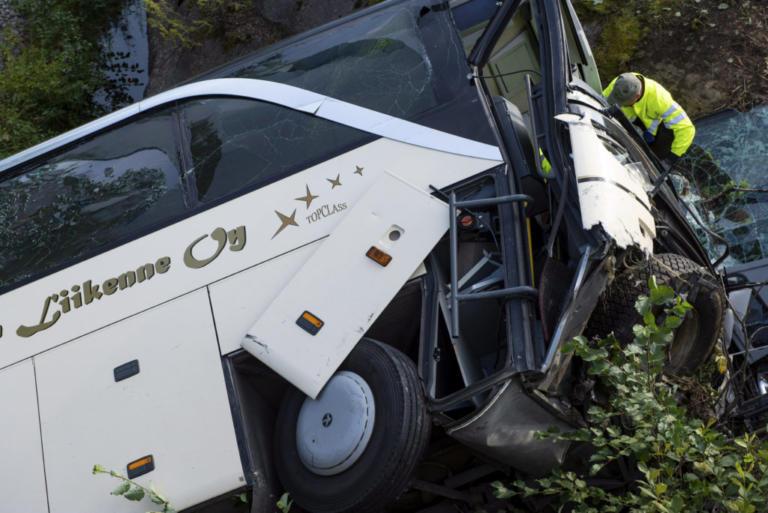 Πολύνεκρο τροχαίο στη Βουλγαρία – Τουριστικό λεωφορείο ανετράπη και «έλιωσε» 4 αυτοκίνητα