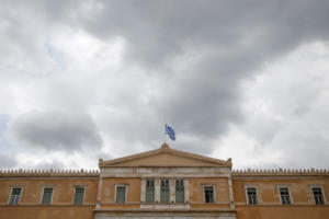 Financial Times: Στα τάρταρα το εισόδημα των Ελλήνων στα 8 χρόνια της κρίσης – Κομματικές προσλήψεις στο Δημόσιο