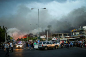 Έτσι έκλεισαν την Λεωφόρο Μαραθώνος την ώρα της πυρκαγιάς