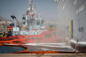 «Ελευθέριος Βενιζέλος»: Μικρές εστίες φωτιάς καίνε ακόμα στο γκαράζ του πλοίου