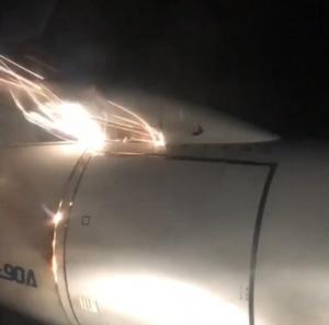 Γύρισαν και είδαν τον κινητήρα να έχει πιάσει φωτιά – Στιγμές τρόμου σε αεροπλάνο – video