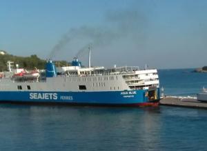 Σκιάθος: Η στιγμή που το πλοίο «Αqua Blue» χτυπάει στο λιμάνι – Μετέφερε 170 επιβάτες [pics]