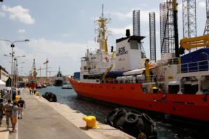 """""""Έπιασε"""" λιμάνι στην Μάλτα το Aquarius με τους 141 μετανάστες"""