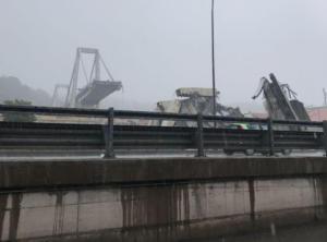 """Κατέρρευσε γέφυρα στην Γένοβα – """"Βουτιά"""" στο κενό για πολλά αυτοκίνητα! 11 νεκροί – video"""
