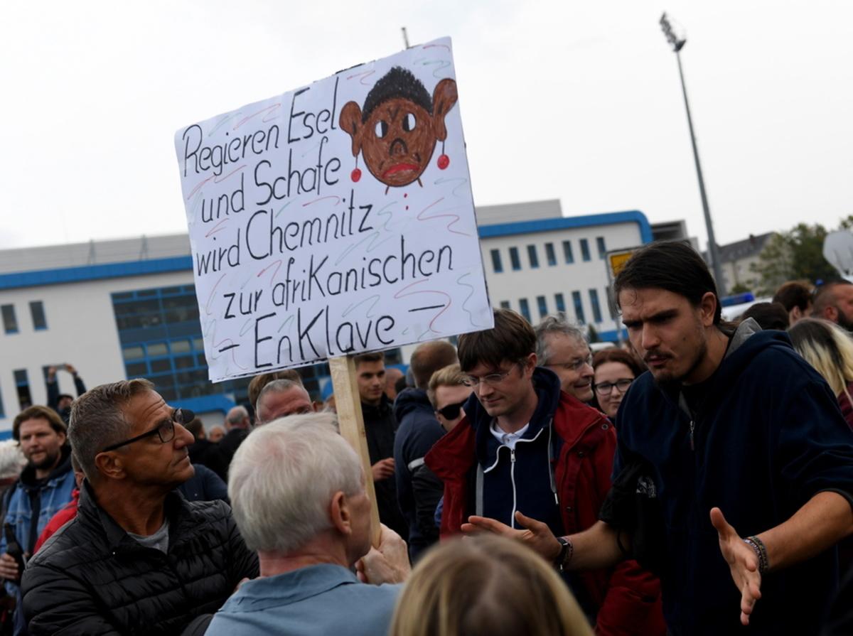 """Η """"καρδιά"""" της Μέρκελ χτυπά στο Κέμνιτς – Βγήκαν ξανά στους δρόμους με εμετικά πλακάτ οι ακροδεξιοί"""