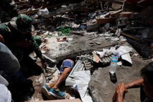 Δράμα δίχως τέλος! 131 έφτασαν οι νεκροί από τον φονικό σεισμό στην Ινδονησία! [pics]