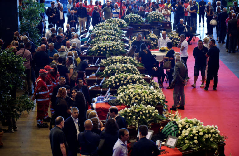 Γένοβα: Θρήνος στις κηδείες των θυμάτων – Πυροσβέστες αποτίουν φόρο τιμής [pics]