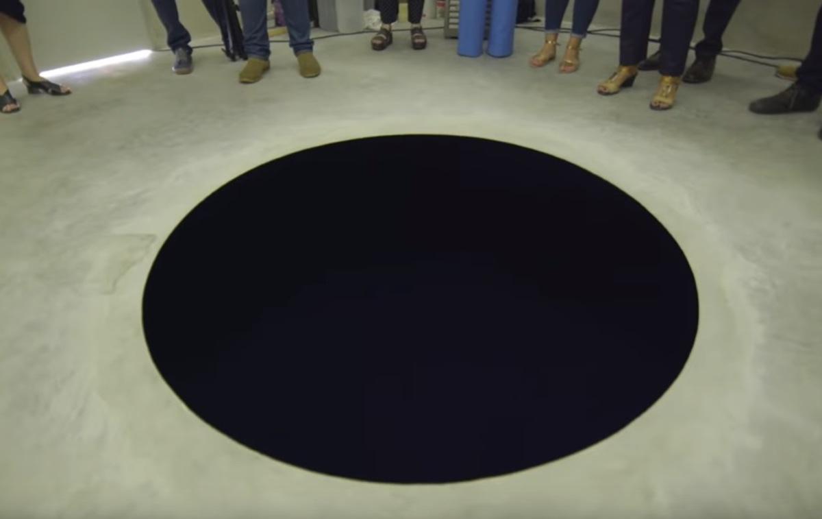 Επισκέπτης μουσείου έπεσε σε μαύρη τρύπα γιατί νόμιζε ότι ήταν ζωγραφιά