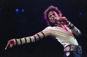 """60 χρόνια Μάικλ Τζάκσον – Φίλοι, συγγενείς, θαυμαστές τίμησαν τα """"γενέθλια"""" του βασιλιά της ποπ"""
