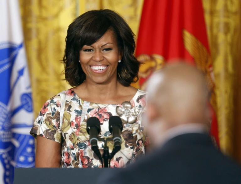 """Το… ιδιαίτερο """"Happy birthday"""" της Μισέλ στον Μπαράκ Ομπάμα [pic]"""