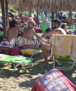Η Λάουρα Νάργες με τον Μιχάλη Μουρούτσο σε παραλία στα Χανιά [pics]