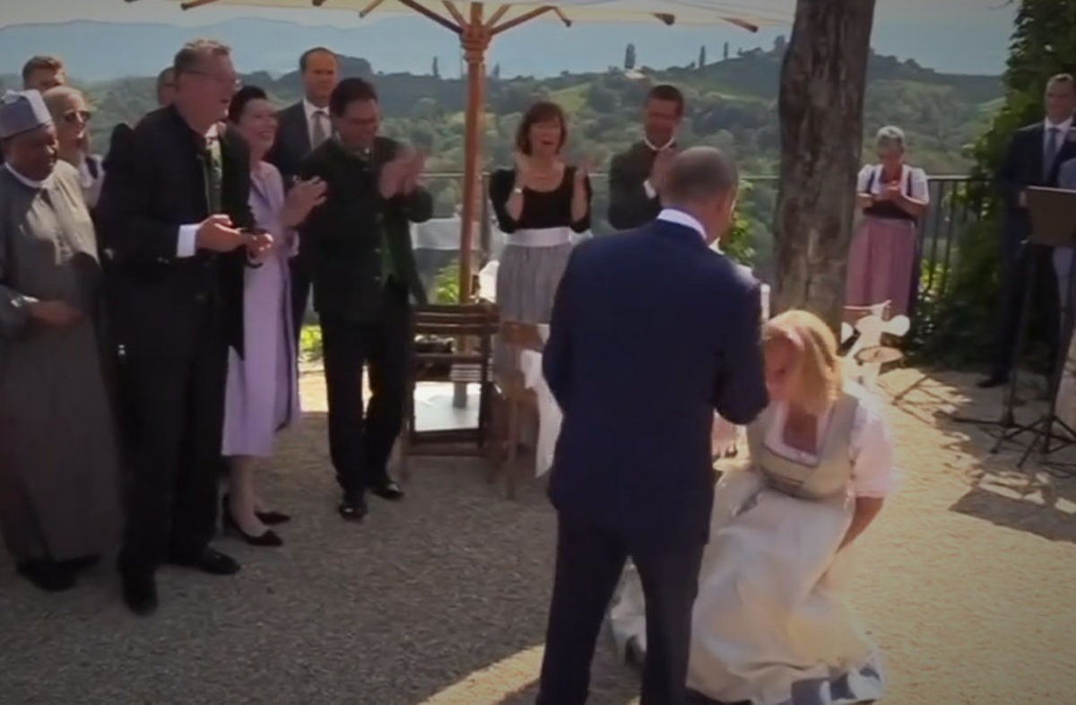 """Αυστρία: Σάλος με την υπόκλιση της υπουργού Εξωτερικών στον Πούτιν – """"Έβαλε τις μαριονέτες του να χορεύουν"""""""