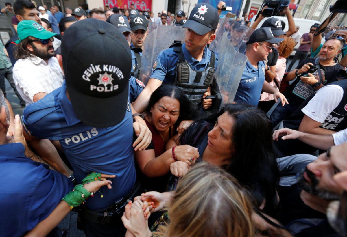 """Ο νόμος του Ερντογάν! """"Έπνιξαν"""" με δακρυγόνα και συλλήψεις μανάδες εξαφανισμένων πολιτικών ακτιβιστών"""