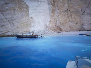 Κραυγή αγωνίας για το «Ναυάγιο» μία ημέρα μετά την τρομακτική κατολίσθηση – «Κλειστή» η παραλία