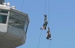 Θεσσαλονίκη: Κομάντος της αστυνομίας στον πύργο του ΟΤΕ – Εντυπωσιακές εικόνες ενόψει ΔΕΘ – video