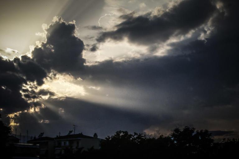 Καιρός: Τελευταία μέρα του καλοκαιριού – Βοριάδες, κρύο και βροχές από αύριο