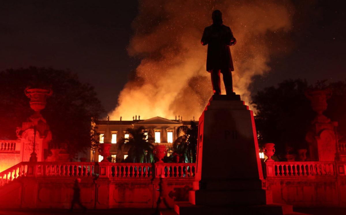 Βραζιλία: Συγκλονίζει το προσωπικό του καμένου Εθνικού Μουσείου – Κλαίνε αγκαλιάζοντας σπάνια εκθέματα [pics]