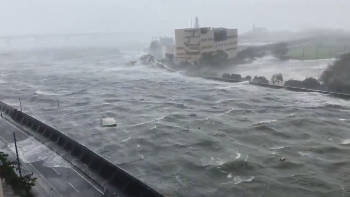 Ιαπωνία: Νεκροί από το πέρασμα τρομερού τυφώνα – Πλοίο τσακίζεται σε αερογέφυρα – video [pics]