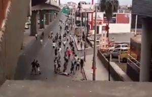 """Εικόνες σοκ! """"Σάπισαν"""" στο ξύλο οπαδό – Επιχείρησαν να πατήσουν κόσμο με αμάξι – video"""