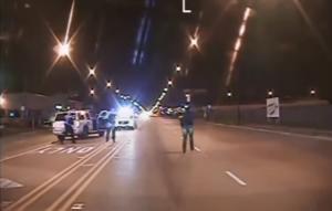 Δριμύ κατηγορώ για αστυνομικό που γάζωσε με 16 σφαίρες και σκότωσε Αφροαμερικανό – Το σοκαριστικό βίντεο