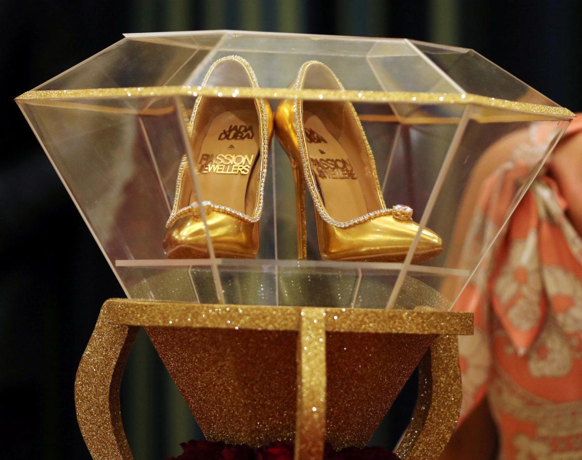 Γόβες υπερπαραγωγή για… μοντέρνες σταχτοπούτες! Πουλήθηκαν 17 εκατομμύρια ευρώ – video