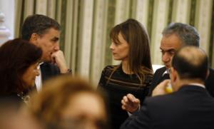 Επιστρέφει η τρόικα στα υπουργεία με γλυκόλογα, αλλά και …. απειλές