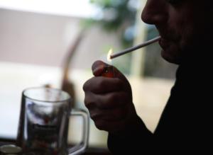 Το κάπνισμα αυξάνει τον κίνδυνο Αλτσχάιμερ στους άνδρες