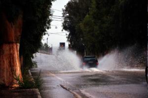 Καιρός – Κυκλώνας Ζορμπάς: Κλειστοί δρόμοι στην Αττική – Live η πορεία του φαινομένου