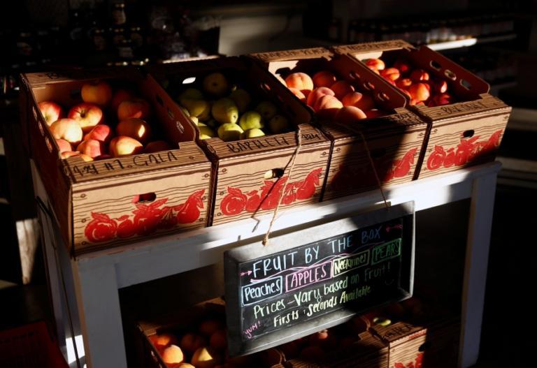 Εργαζόμενοι σε σούπερ μάρκετ πούλησαν 15.000 μήλα σε έναν μόνο πελάτη και απολύθηκαν!