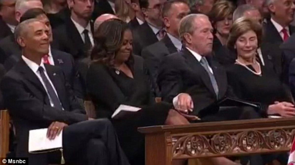 """Η χειρονομία του Τζoρτζ Μπους στην Μισέλ Ομπάμα που """"έλιωσε"""" το διαδίκτυο [video]"""